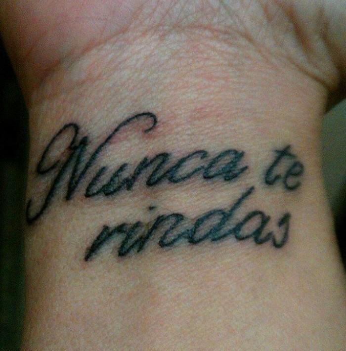 a continuacin te dejamos una buena cantidad de tatuajes masculinos con frases cortas en diferentes idiomas que te pueden parecer sensacionales - Tatuajes Frases Hombres